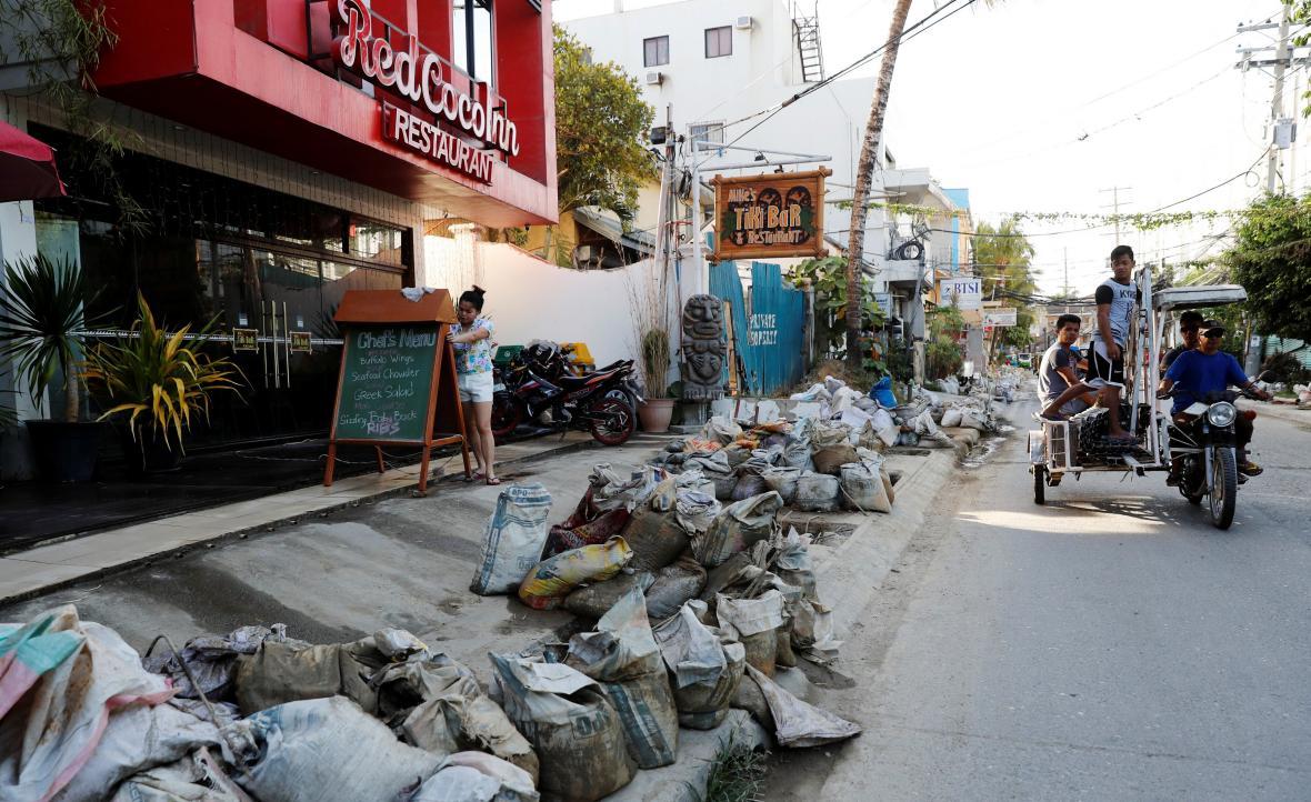Odpadky před restauracemi na ostrově Boracay