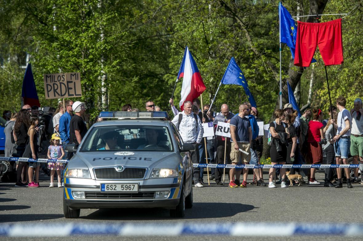 Protesty proti KSČM a Zemanovi