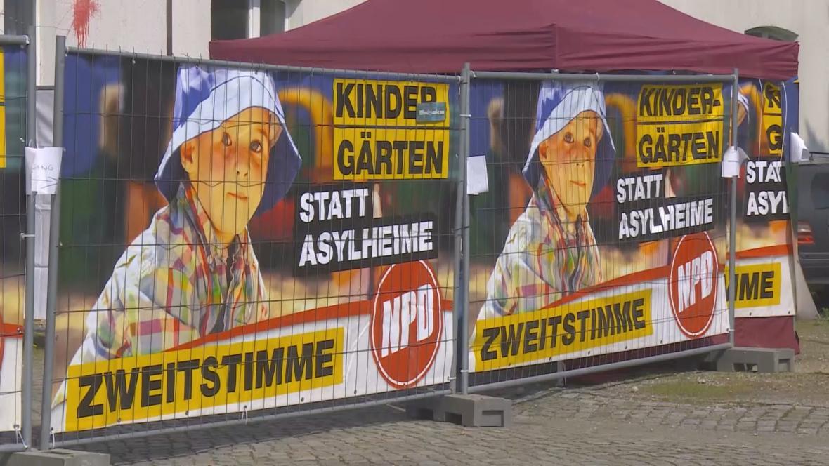 Školky místo ubytoven pro azylanty, slibovala NDP na volebních plakátech