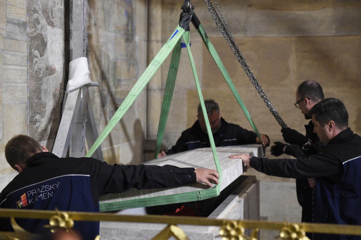 Přikládání půltunového víka sarkofágu s ostatky kardinála Berana