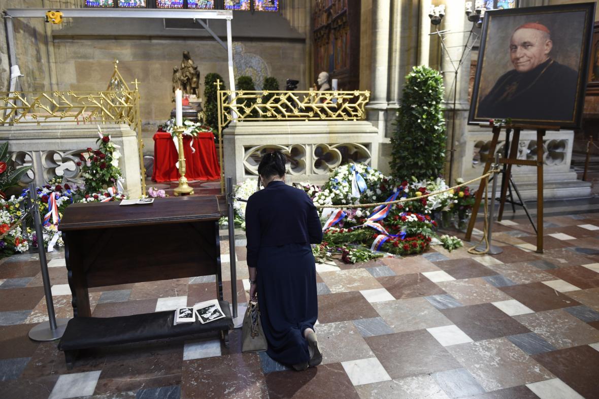 Žena klečící u rakve s ostaky kardinála Josefa Berana před uložením do sarkofágu