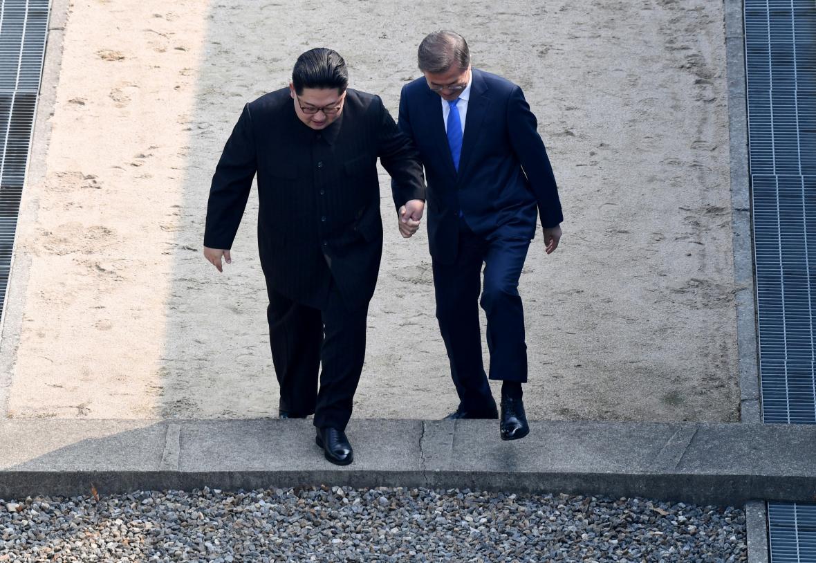 Kim Čong-un a Mun Če-in společně překračují hranici
