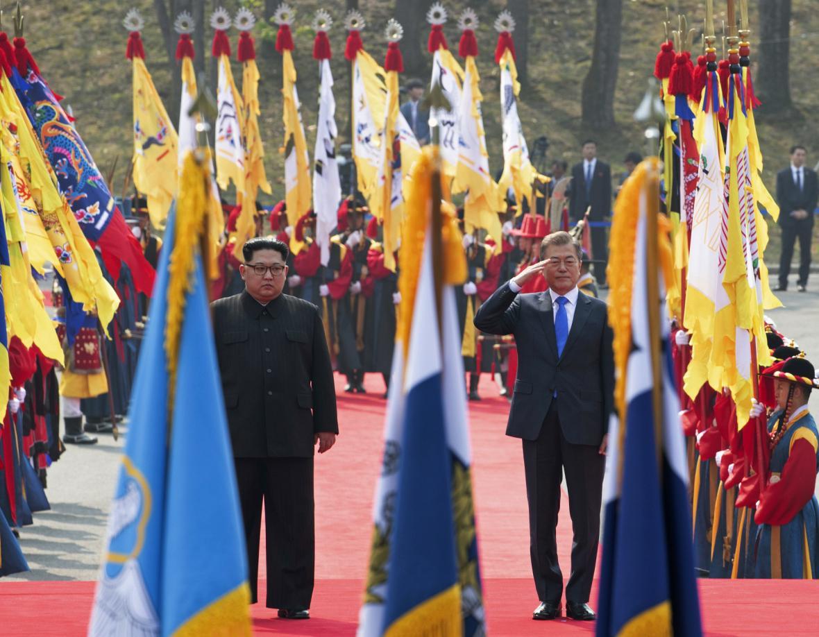 Kim Čong-un a Mun Če-in před nastoupenou jihokorejskou čestnou stráží