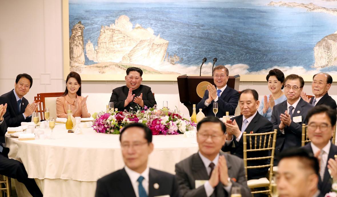 Banket při příležitosti kortejského summitu v Pchanmundžomu
