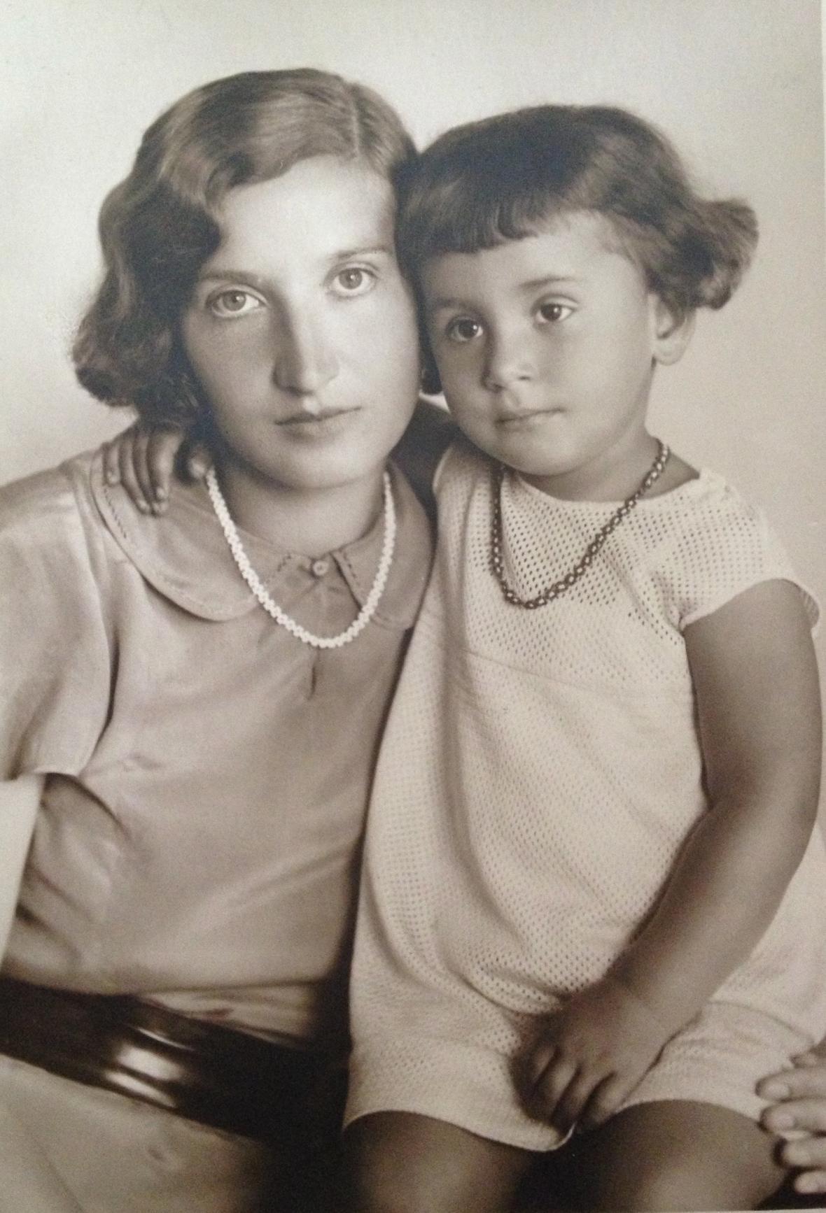 Ruth Drahota se svou matkou před válkou