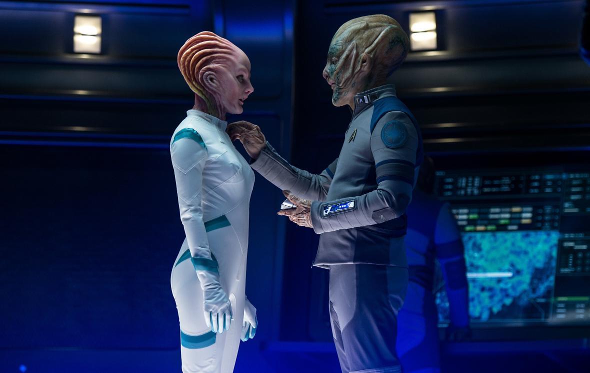 Jeff Bezos se objevil ve filmu Star Trek: Do neznáma v roli mimozemského důstojníka (vpravo)