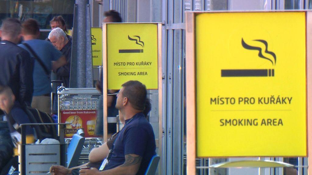 Kouření je na letišti povoleno jen před vstupy