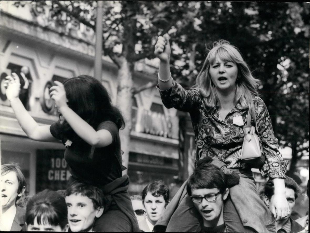 Protestující studenti v ulicích Paříže v květnu 1968