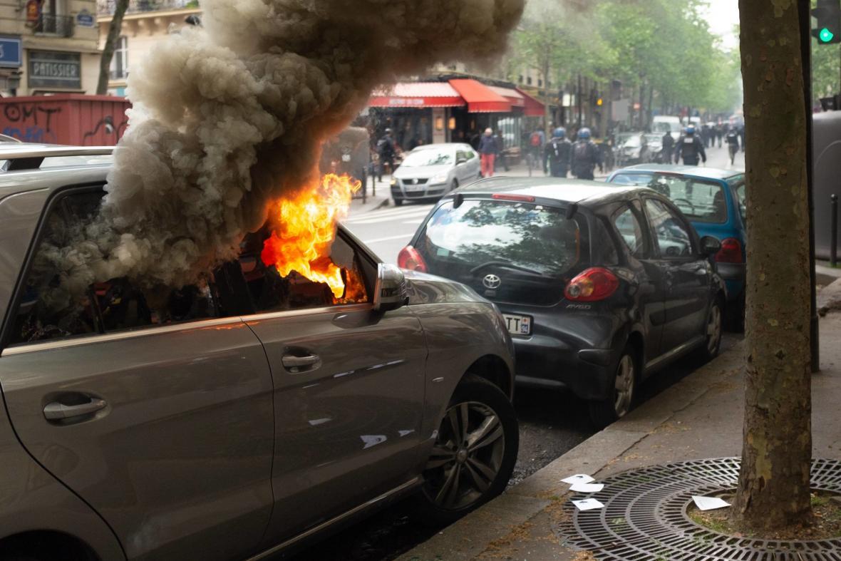 Hořící auta v ulicích Paříže (1. května 2018)