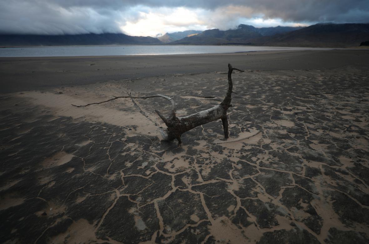 Místo zásoby vody písek. Jedna z přehrad u Kapského města má rekordně nízkou hladinu