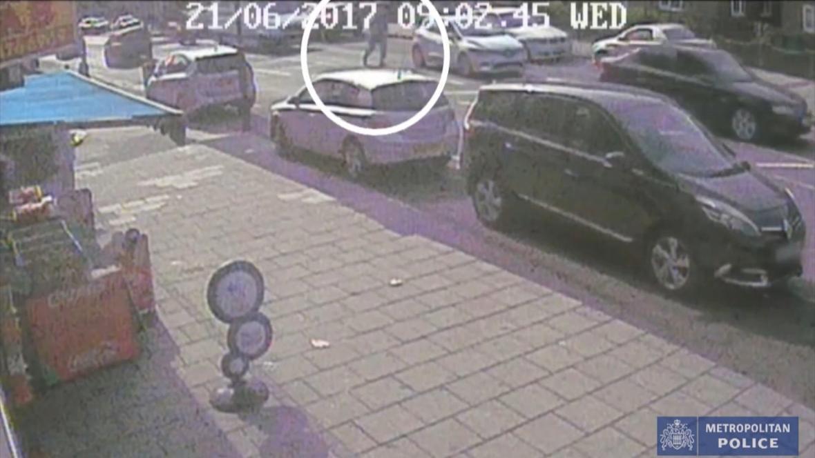 Útok kyselinou na posádku projíždějícího vozidla