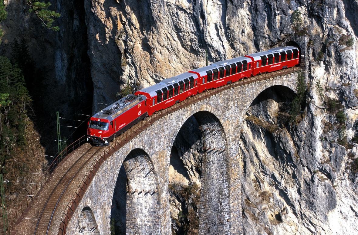 Vlak jede po světoznámém viaduktu Landwasser