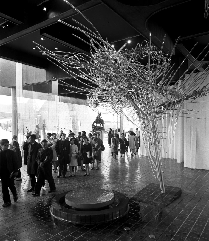 Plastika Skleněný mrak výtvarníka René Roubíčka v československém pavilonu na Expo 70 v japonské Ósace