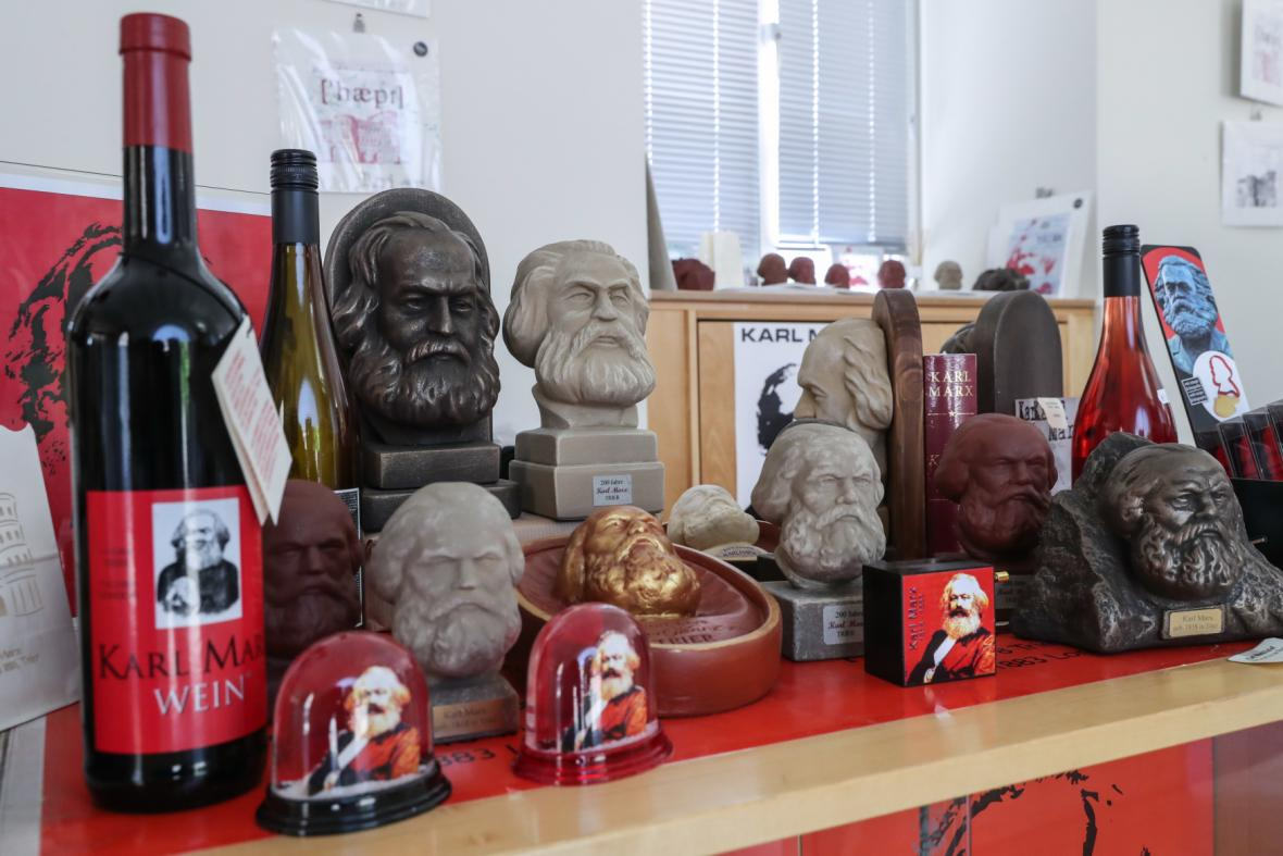 Suvenýry s Marxovou podobiznou