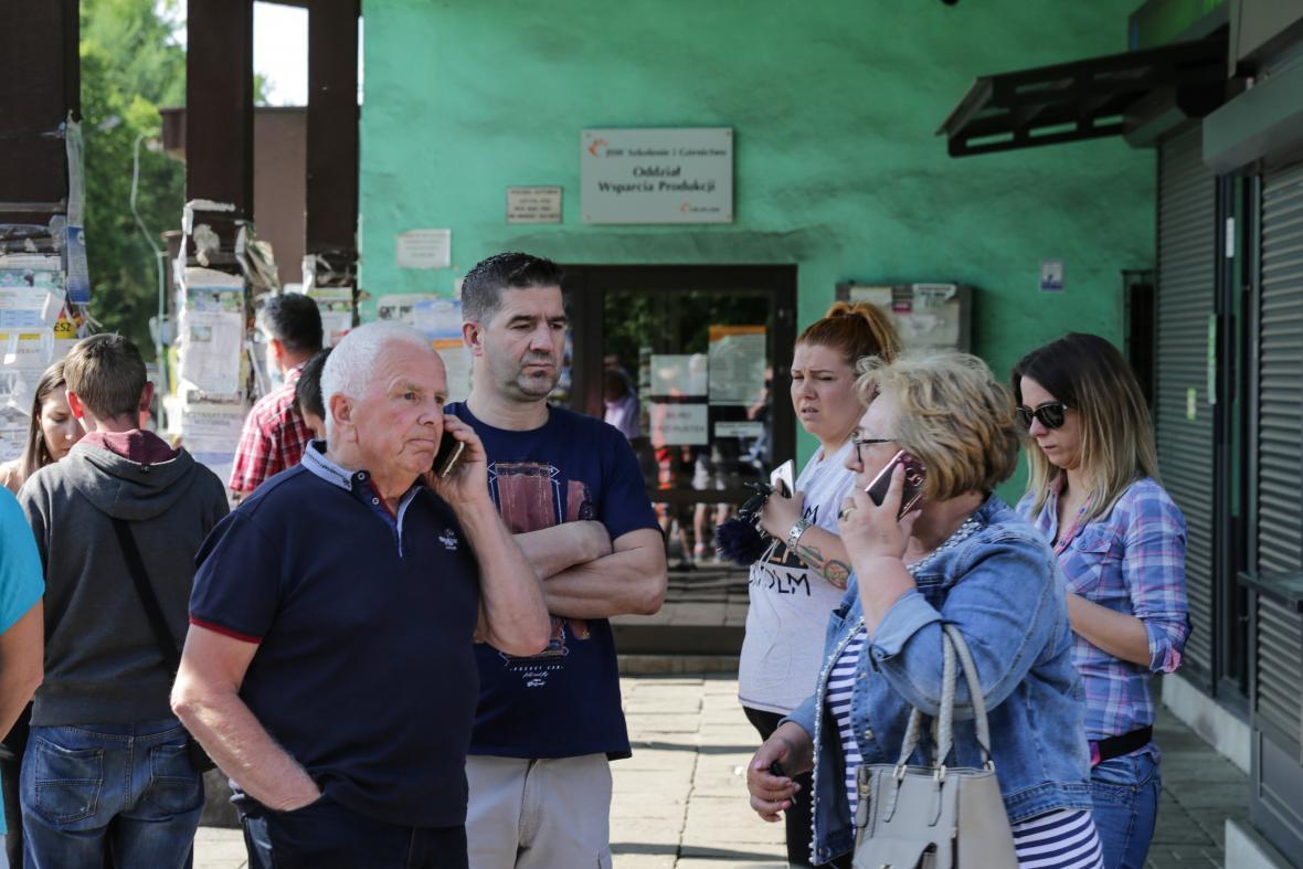 Lidé čekají na nové zprávy u polského dolu Zofiówka