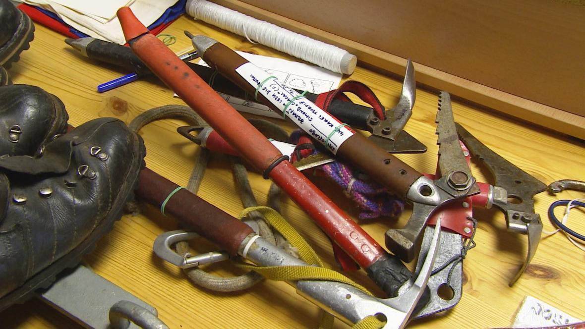 Základem nové sbírky jsou karabiny, cepíny, kladiva nebo boty