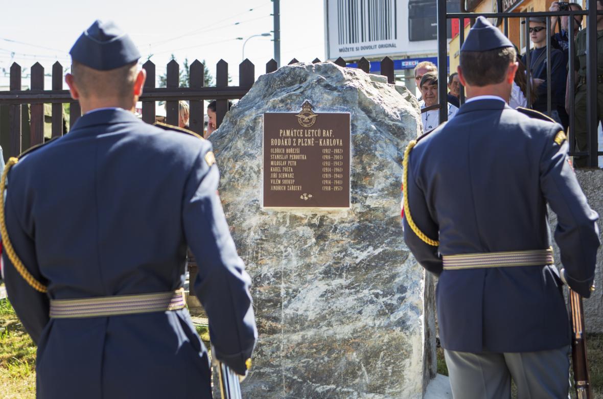 Odhalením památníku sedmi letců z Karlova vzdali v Plzni čest československým příslušníkům britské RAF
