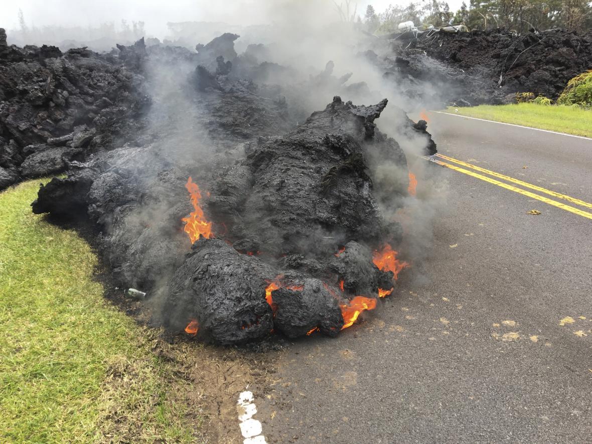 Silnice na Havaji zatarasila láva
