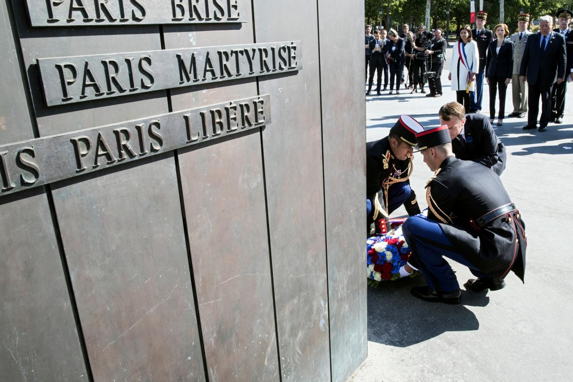 Emanuel Macron při ceremoniálu u sochy Charlese de Gaulla v Paříži