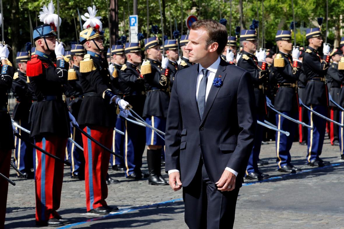 Emanuel Macron při ceremoniálu v Paříži