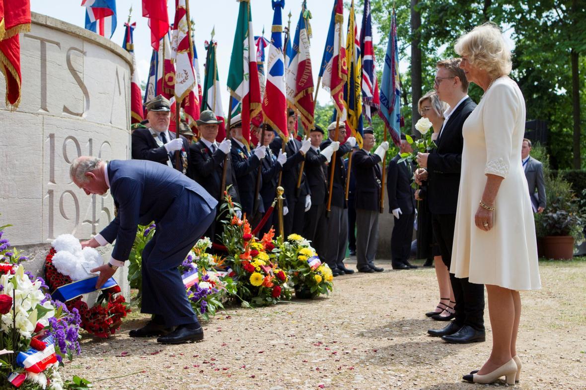 Princ Charles a vévodkyně z Cornwallu Kamila při ceremonii u příležitosti 73. výročí ukončení druhé světové války