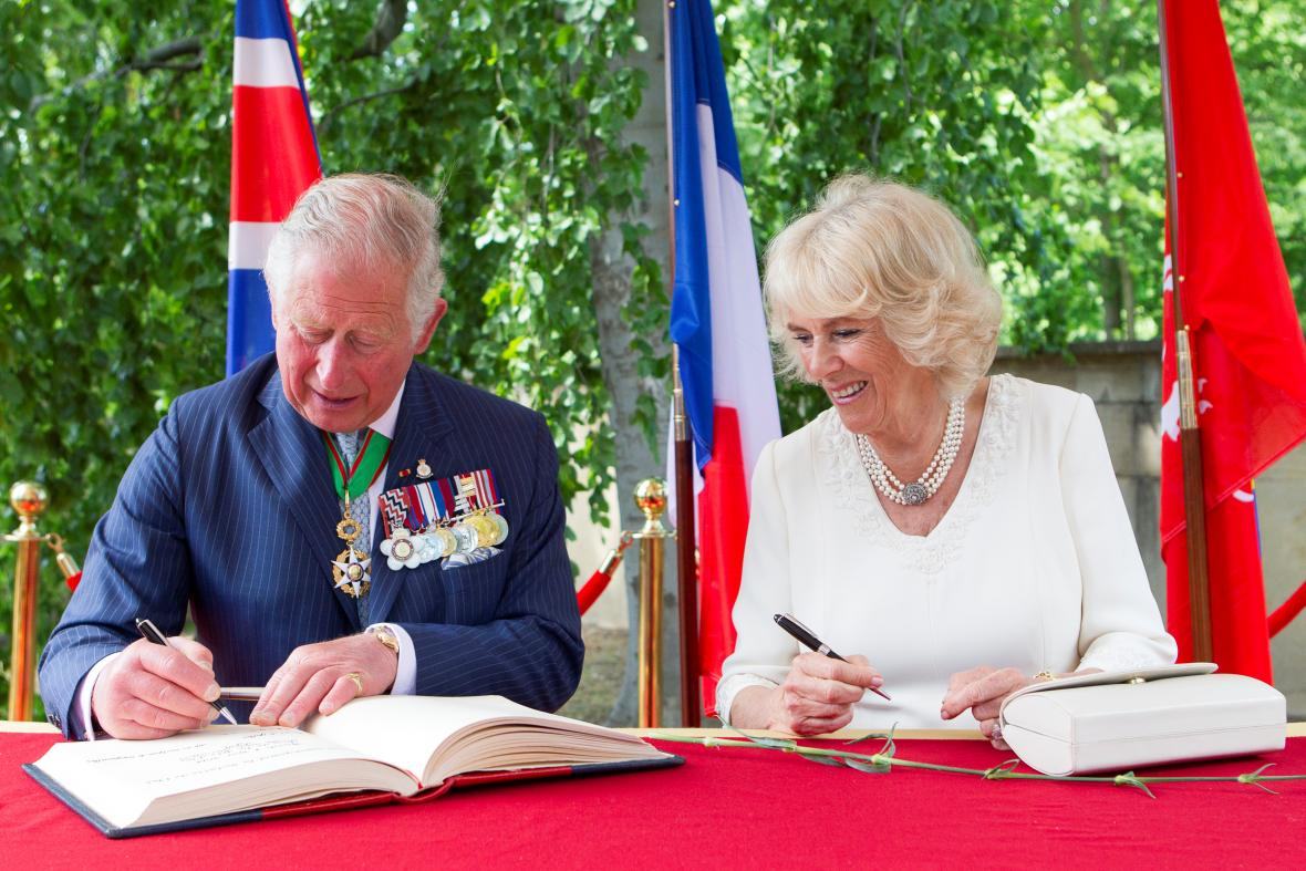 Princ Charles a Camilla, vévodkyně z Cornwallu při ceremonii ve francouzském Lyonu
