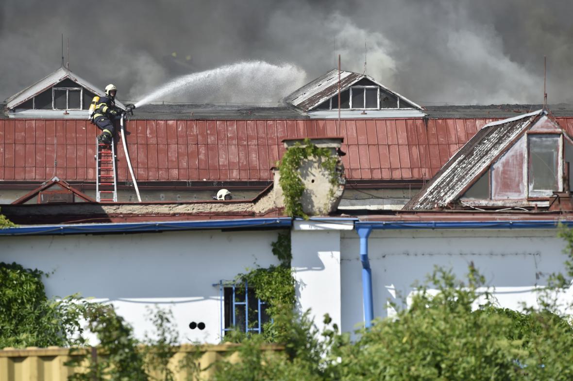 Kvůli požáru haly v Hostivaři vyhlásili hasiči zvláštní stupeň poplachu
