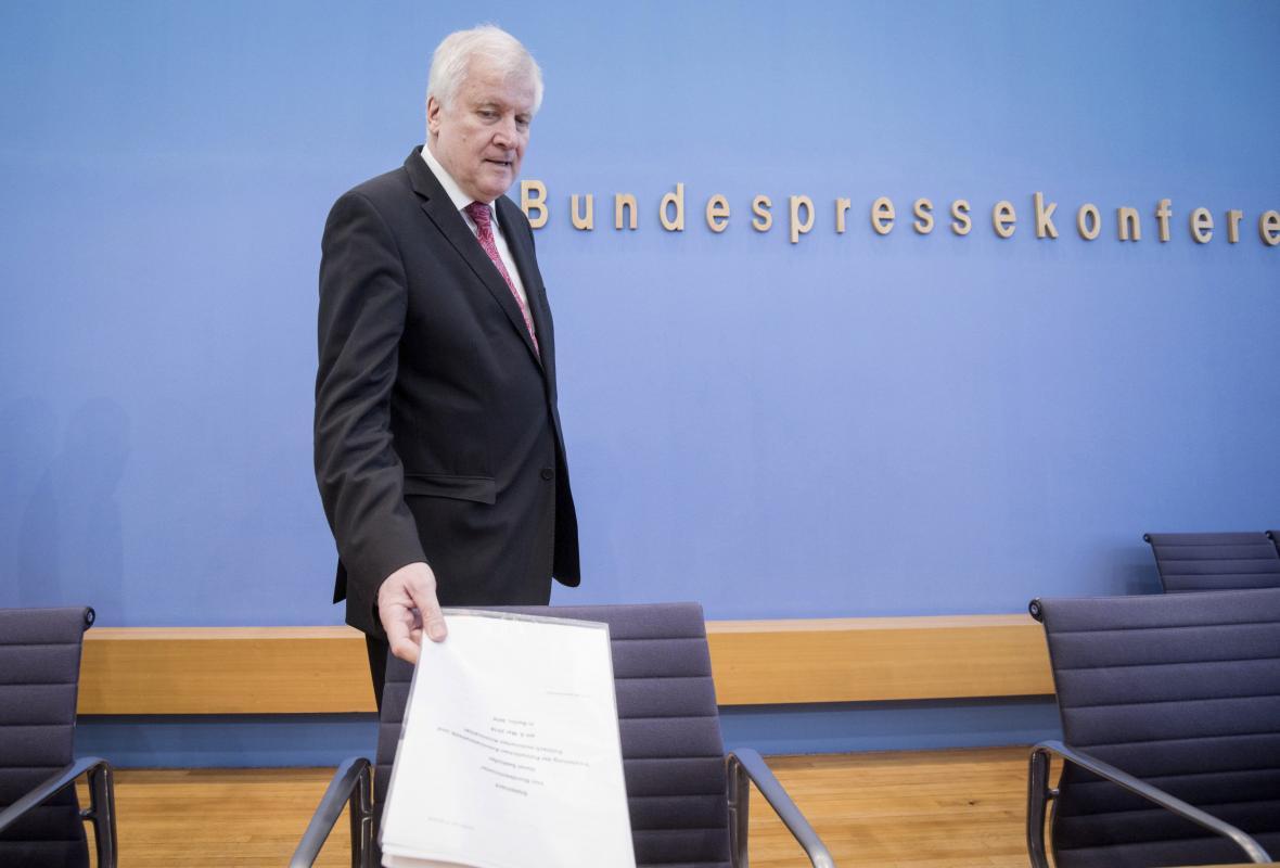 Hosrt Seehofer představil zprávu o bezpečnosti v Němeku
