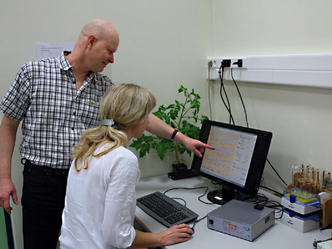 Vědci Petr Ilík a Martina Špundová při testech odolnosti rostlin