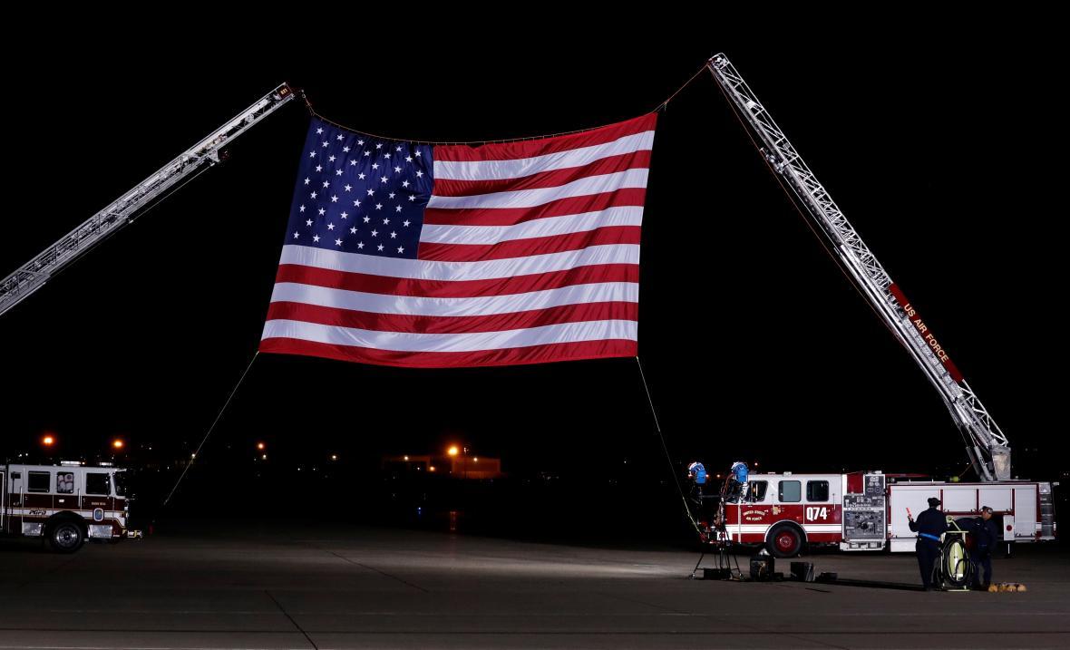 Americká vlajka na uvítanou Američanům vracejícím se ze Severní Koreje