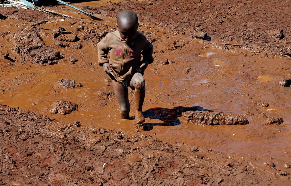 Vesnice kolem keňské přehrady zavalilo bahno