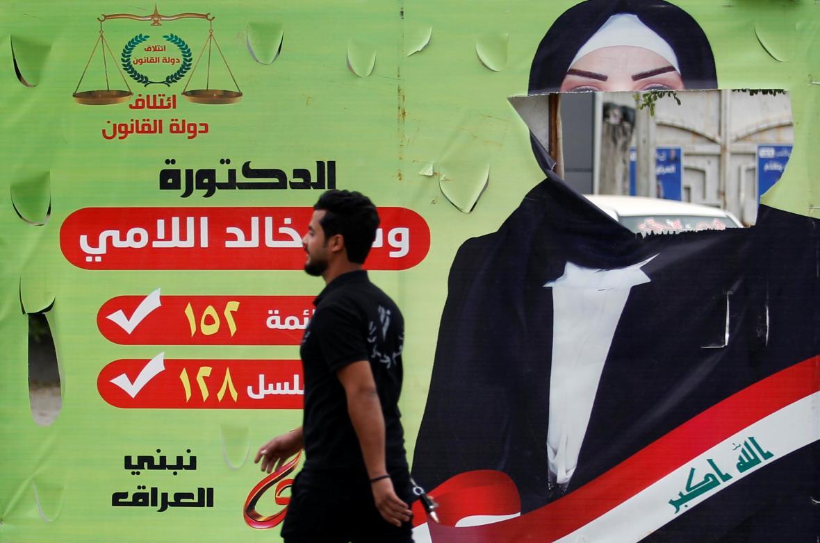Roztrhaný plakát jedné z iráckých kandidátek