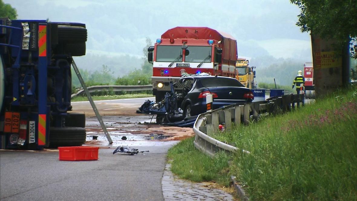 Při nehodě zemřel řidič osobního auta, další dva lidé byli zraněni