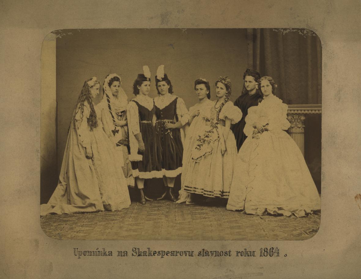 Skupinový portrét zachycující účastníky Shakespearovských slavností. Foto: Ateliér Winter, 1864, PNP (fond Umělecká beseda)