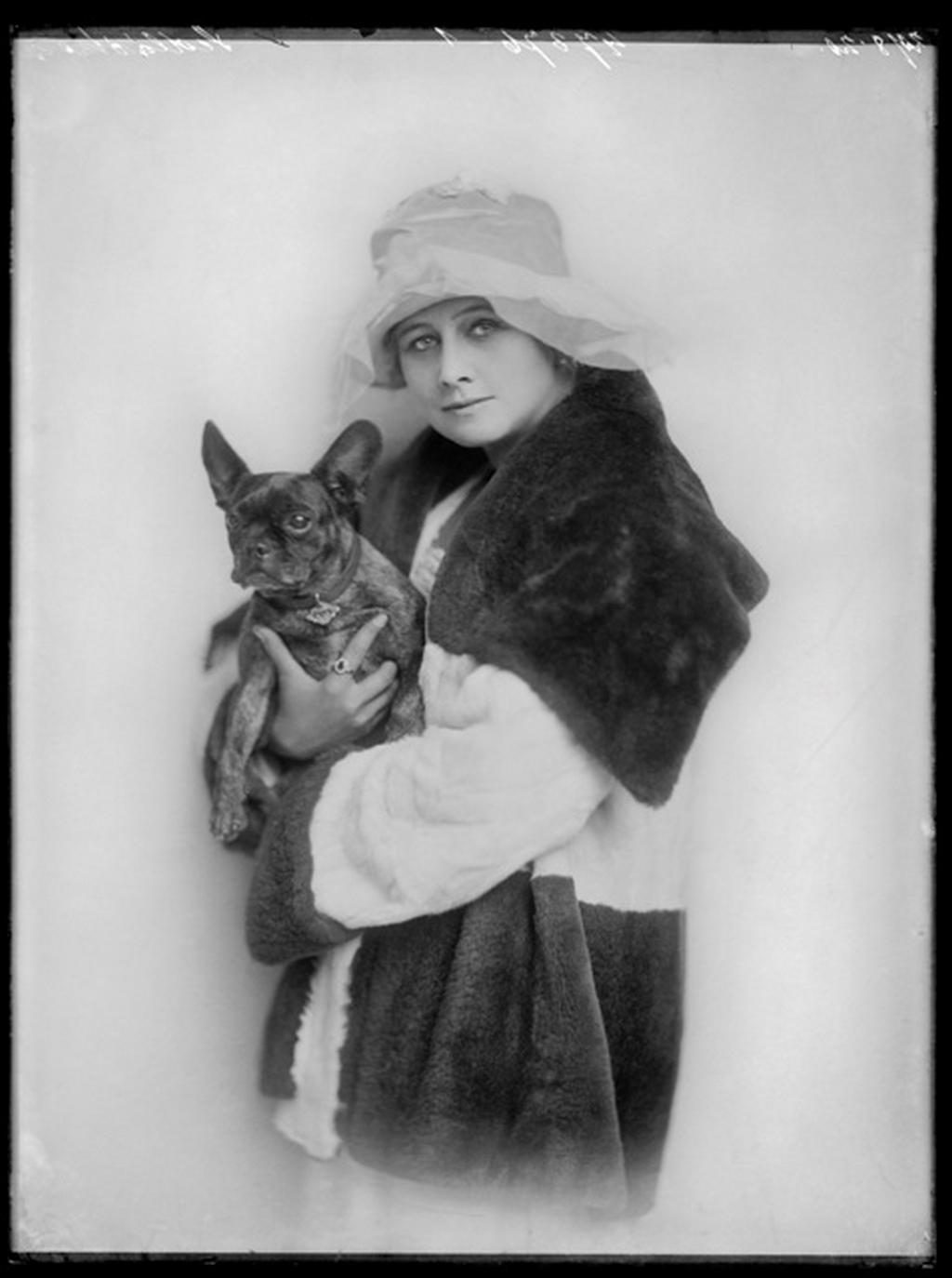 Portrétní fotografie Anny Sedláčkové. Foto: Ateliér Langhans, 1921, ©Archiv Nadace Langhans Praha. K01-SED076-05, www.langhans.cz