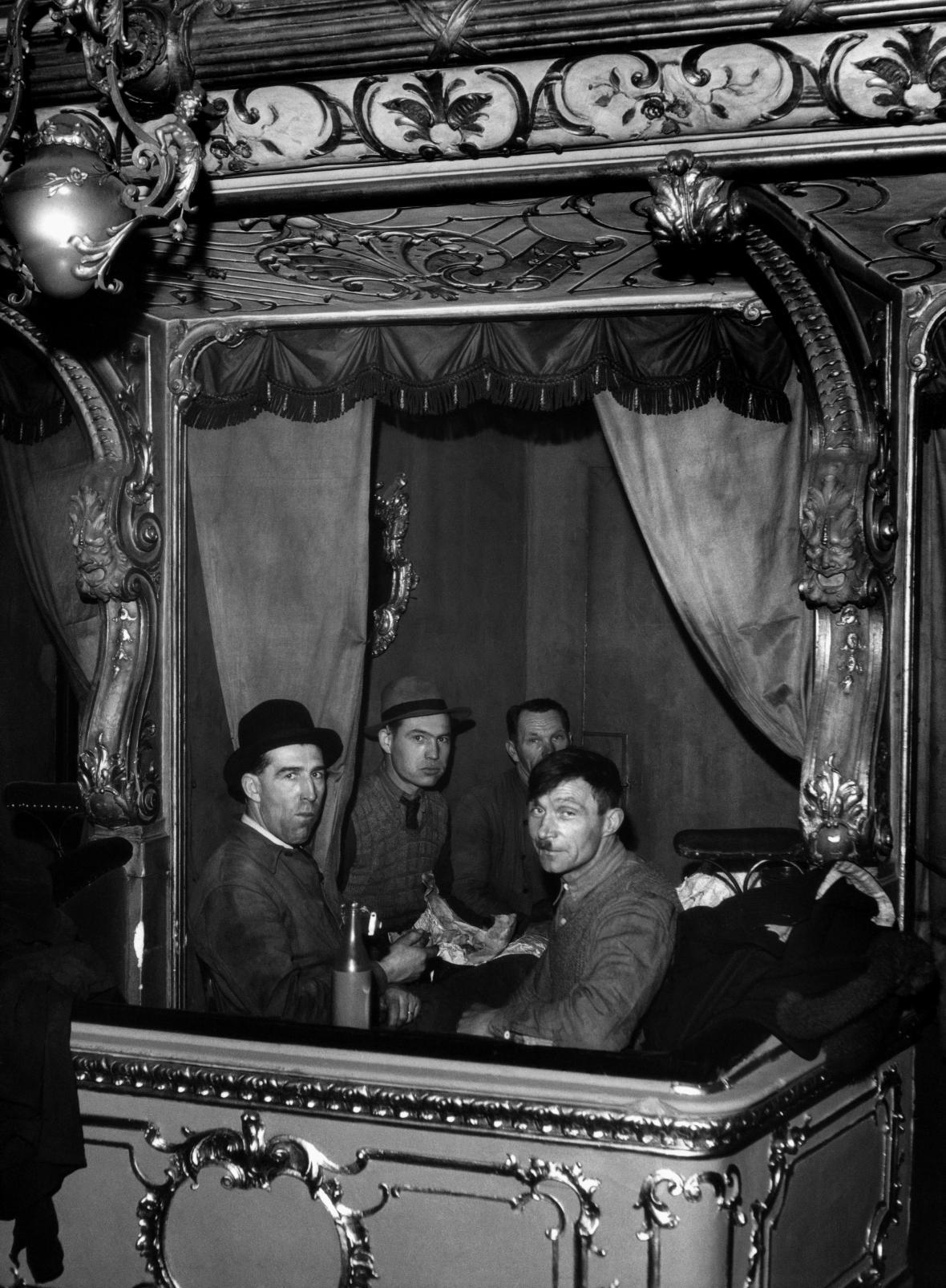 Svačina tesařů v lóži, 1948. Foto Václav Chochola, © Archiv B&M Chochola