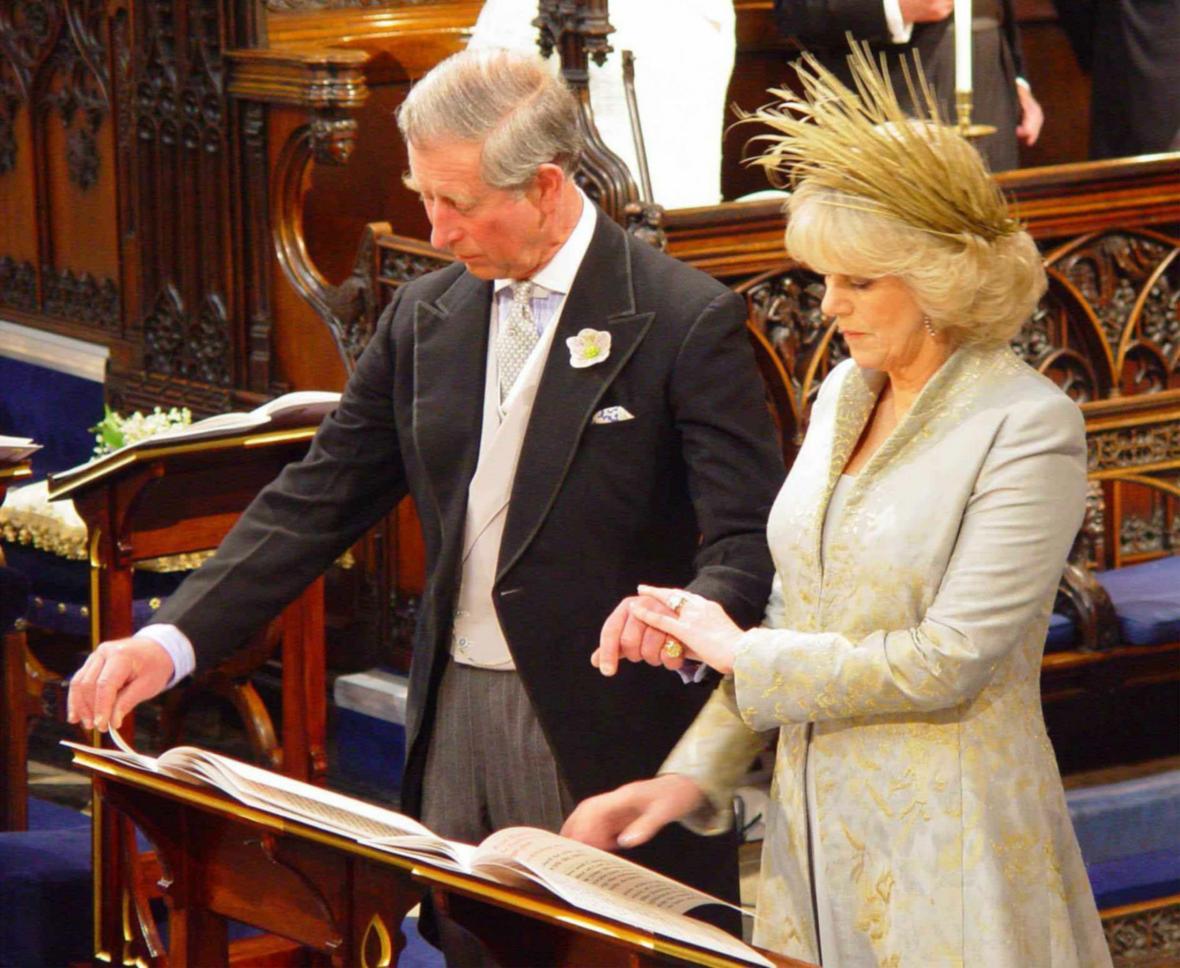 Princ Charles uzavřel civilní sňatek s Camillou Parker-Bowlesovou 9. dubna 2005, následně dostal pár i církevní požehnání v kapli svatého Jíří ve Windsoru