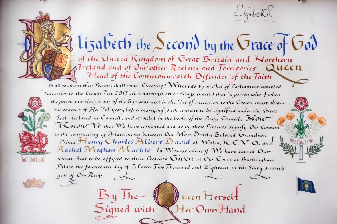 Svolení k sňatku musela dát princi Harrymu a Meghan Markleové královna Alžběta II.