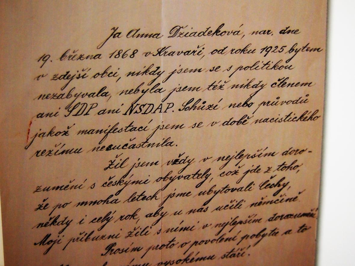 Dopis v češtině, ve kterém obyvatelka Kravař žádá o vyřazení z nařízeného odsunu původního obyvatelstva.