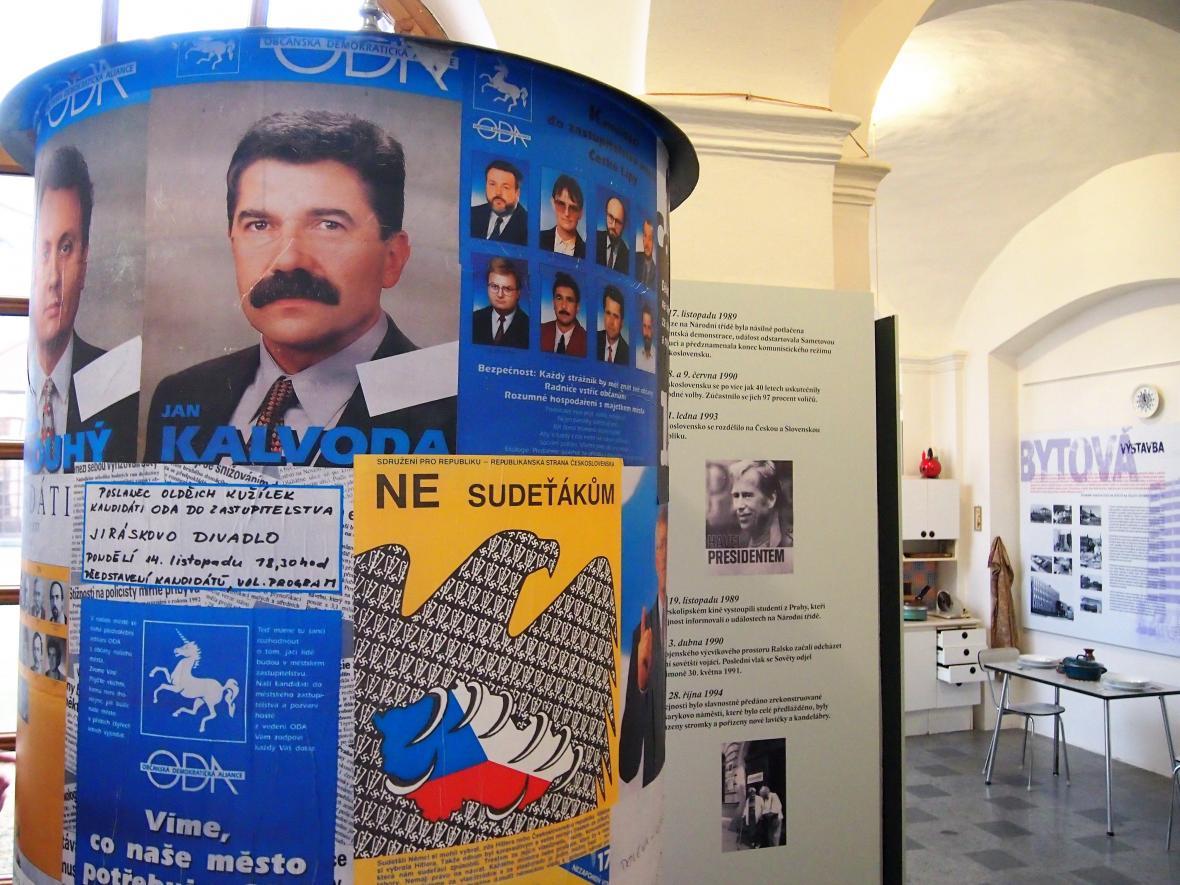 Sloup s předvolebními plakáty politických stran z 90. let.