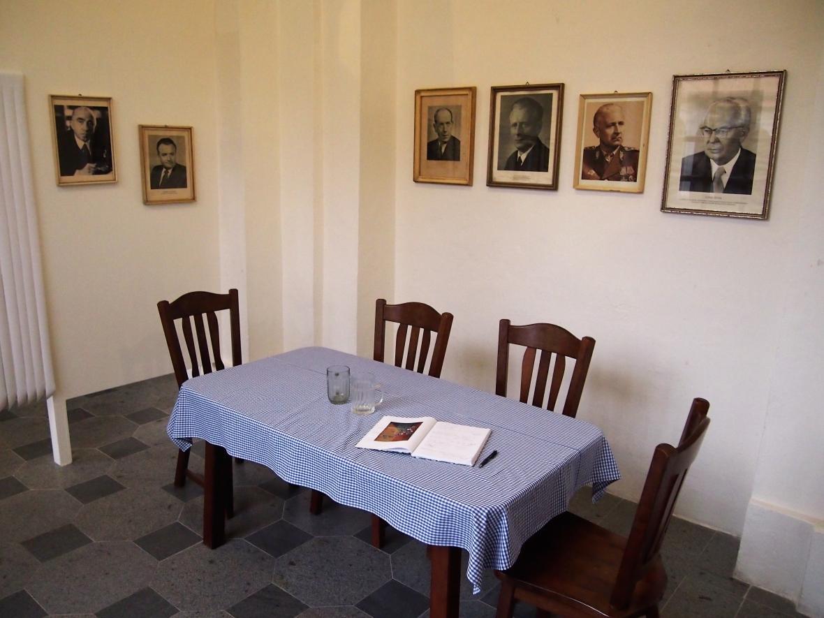 Stylizovaná hospoda s portréty prezidentů výstavu
