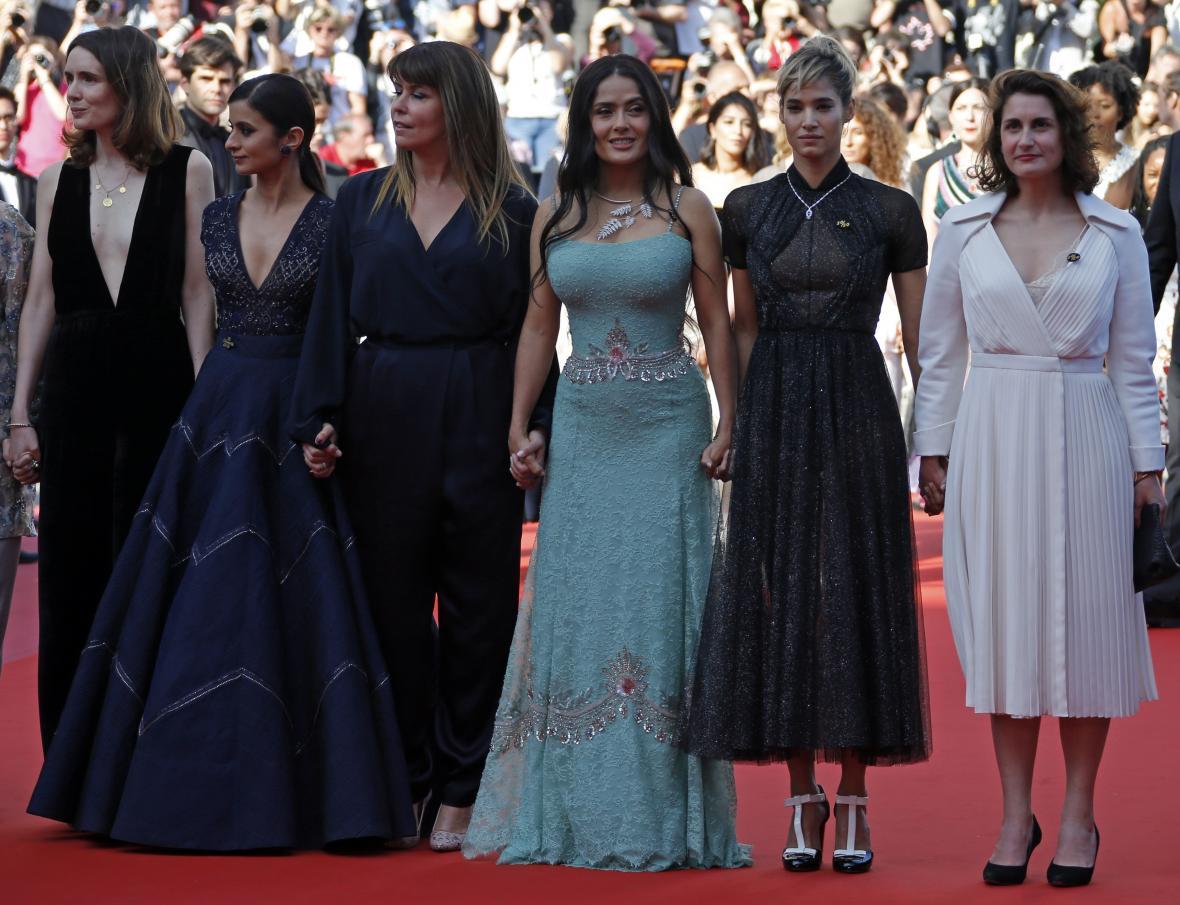 Salma Hayeková (v zelených šatech) na festivalu v Cannes