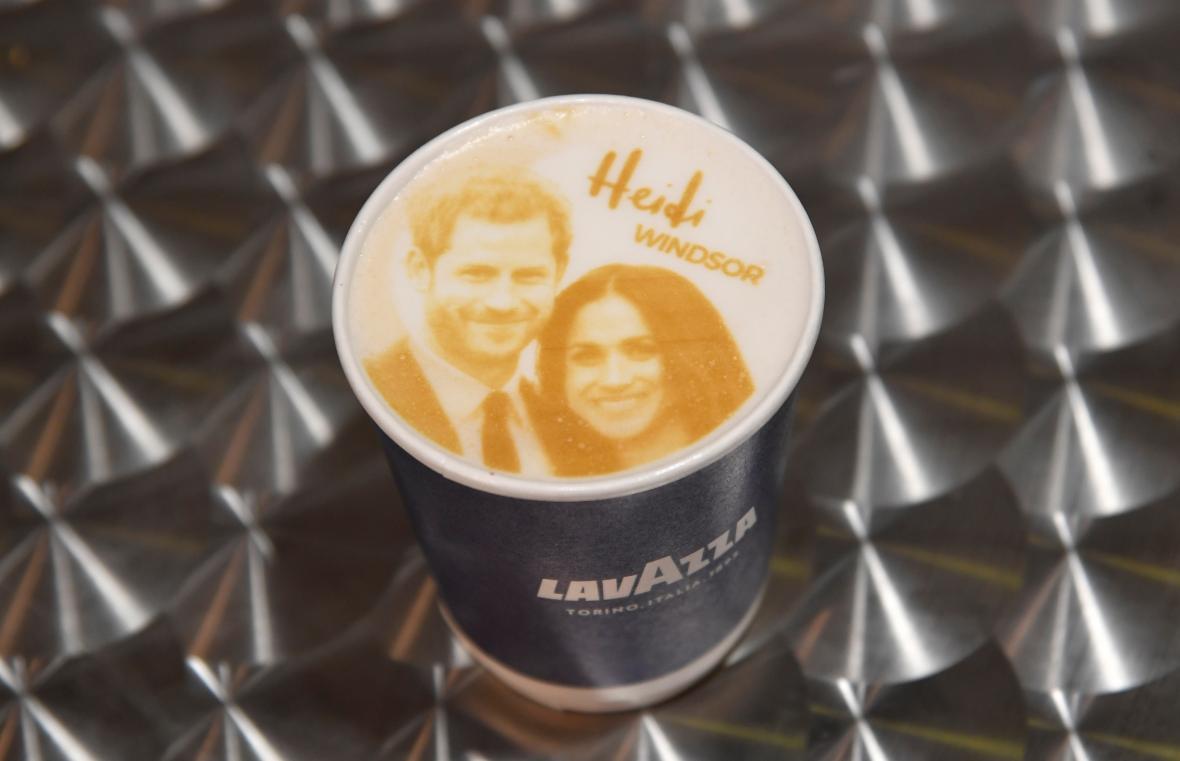 Portrét Harryho a Meghan se dostal i na mléčnou pěnu