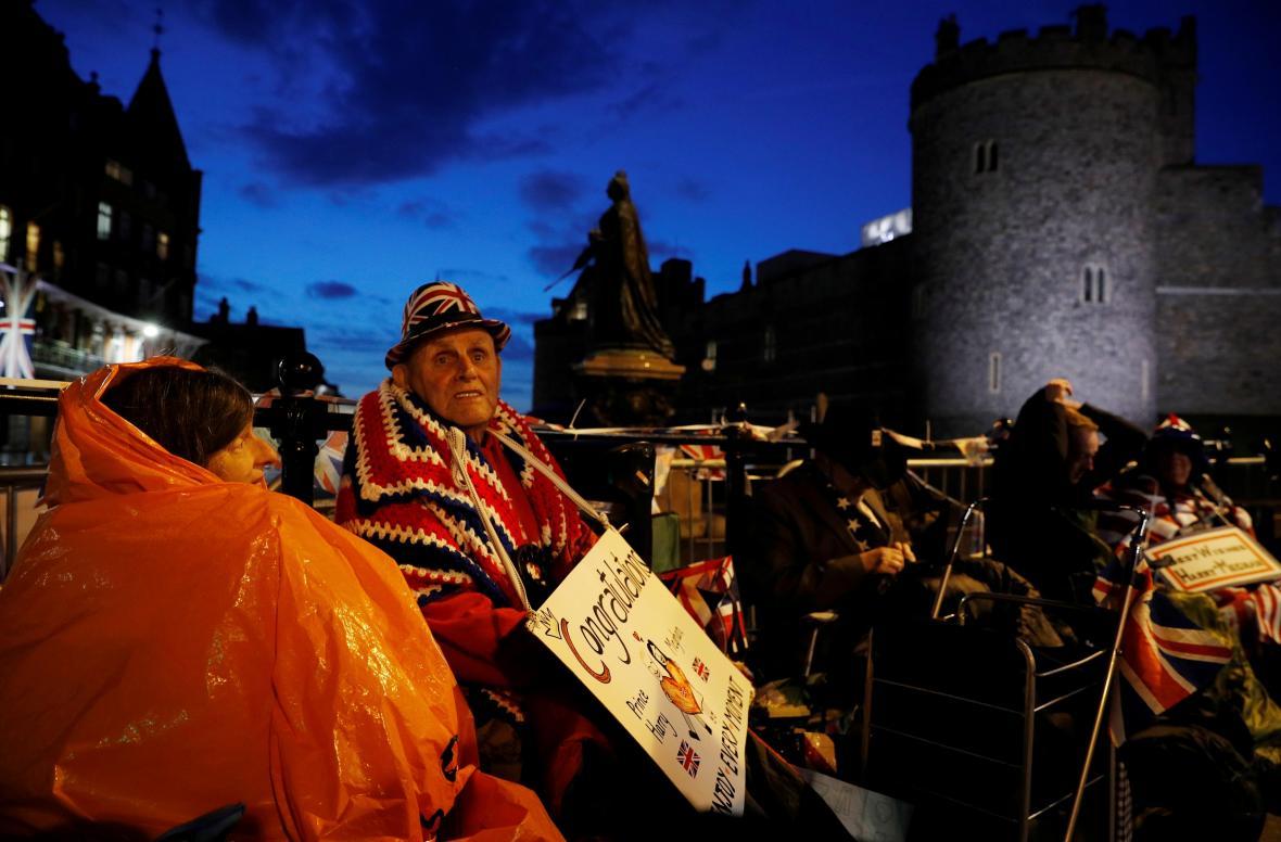 Fanoušci monarchie neváhali v ulicích Windsoru několik dní stanovat
