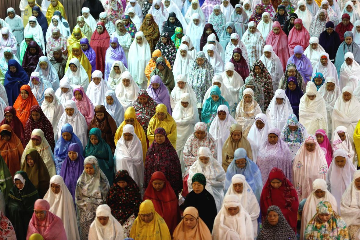 Modlitby během ramadánu v Jakartě