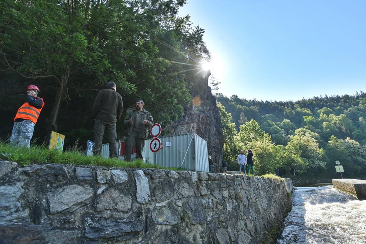 Kvůli sanaci skály je omezen provoz na Vltavě, vodáci projedou pod skálou pouze pět metrů od levého břehu.
