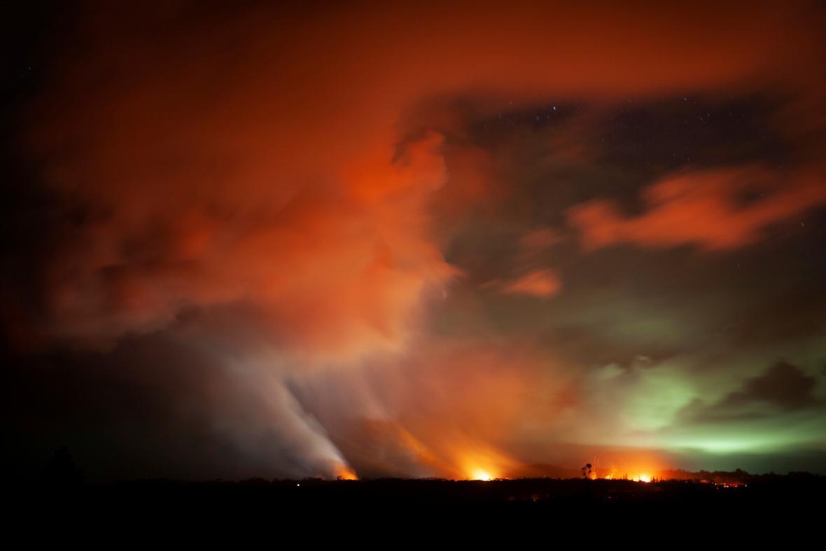 Láva uniká z trhlin i momo hlavní kráter