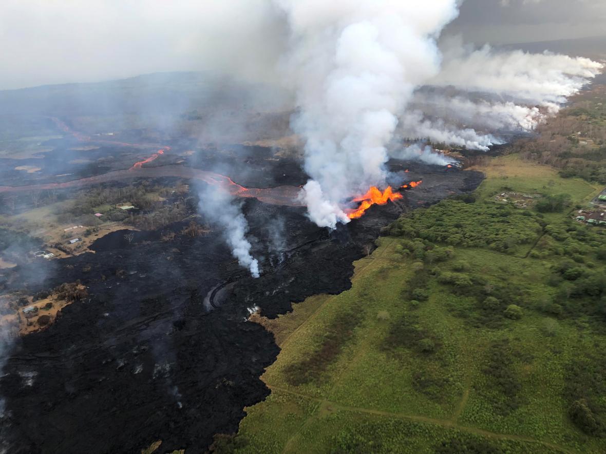 Letecké záběry unikajícího magmatu
