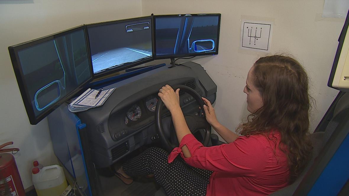 Noční jízdu si budoucí řidiči mohou vyzkoušet na trenažeru