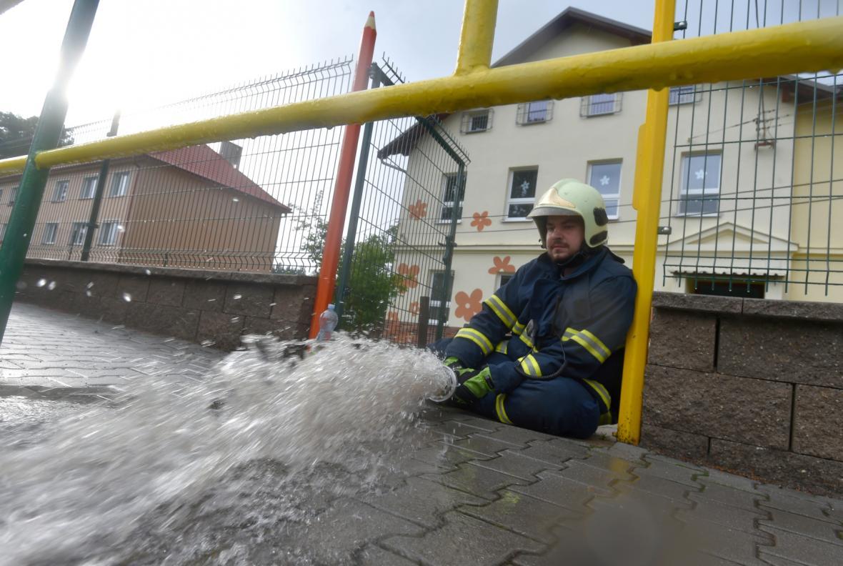 Hasiči čerpají vodu ze sklepa školky ve Skalné v Karlovarském kraji